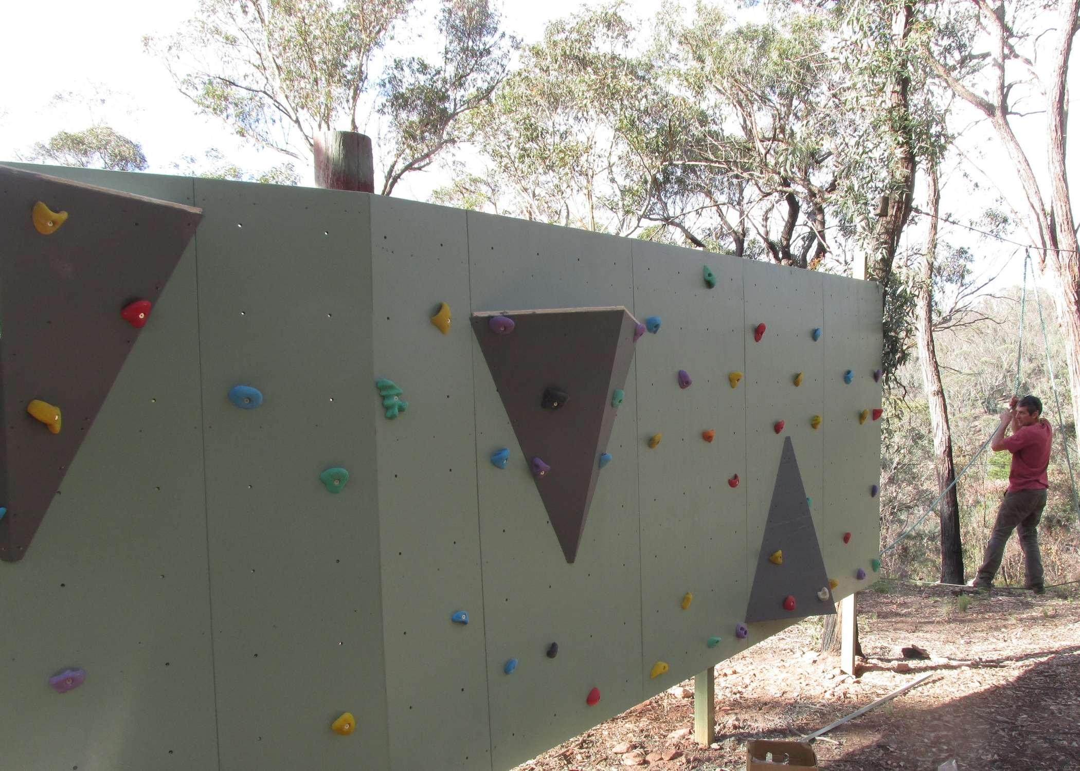 Traverse wall installer, design traverse wall